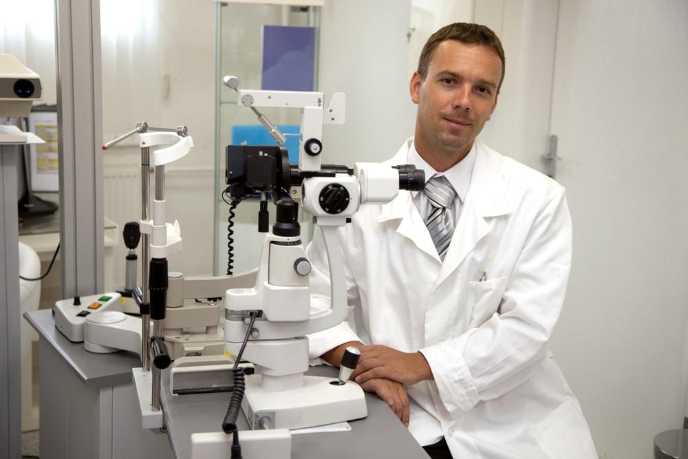 Глазной хирург