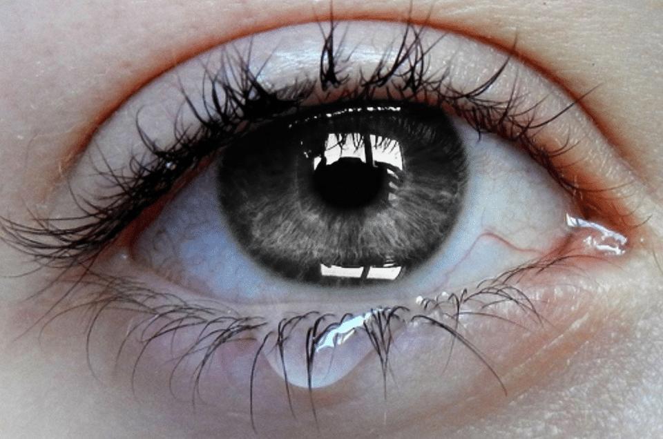 Текут слезы из глаз