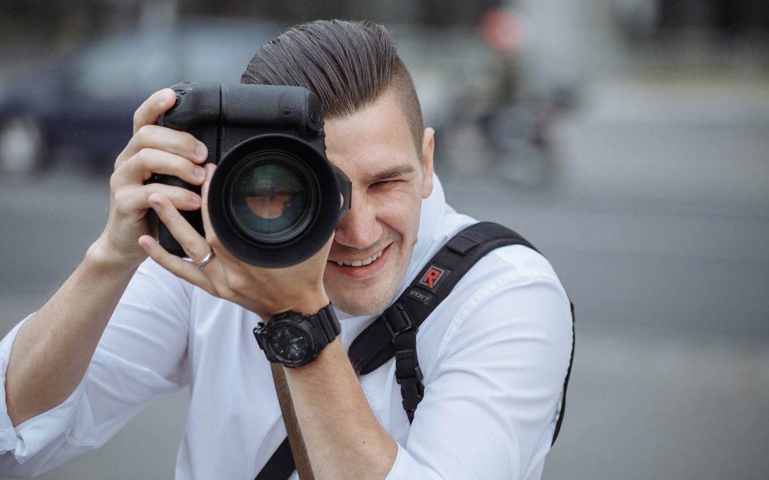 Человек фотографирует