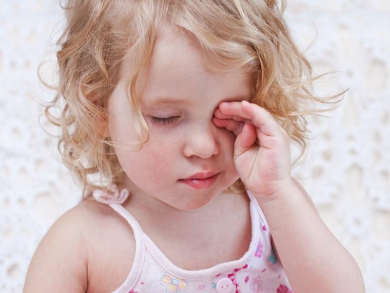 Гноится глаз у взрослого человека: причины и лечение